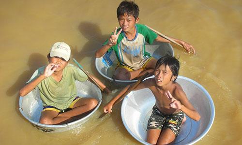 Kids playing on Lake Tonle Sap
