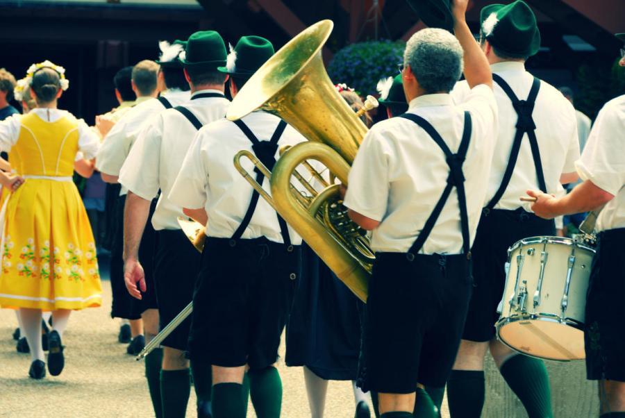 festival oktoberfest traditional band